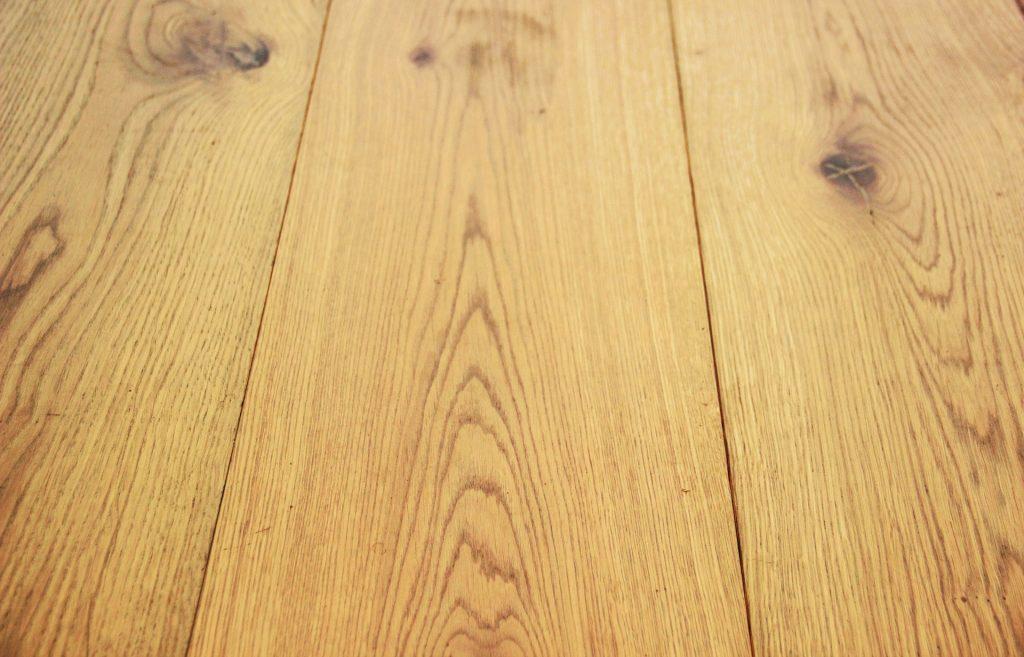 Kratzer behandeln Holzboden